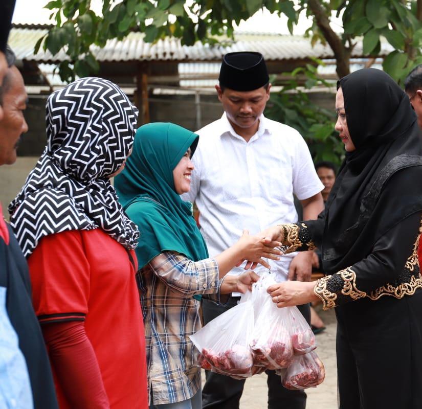 Bupati Winarti Bagikan Kurban Pada Warga Kampung Dwiwarga Tunggal Jaya