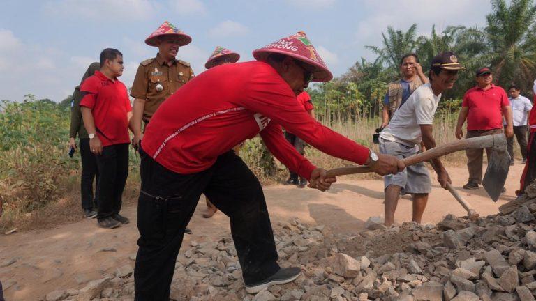 Perbaiki Jalan di Candirejo, Bupati Loekman Beri Bantuan Sabes Senilai 20 Juta