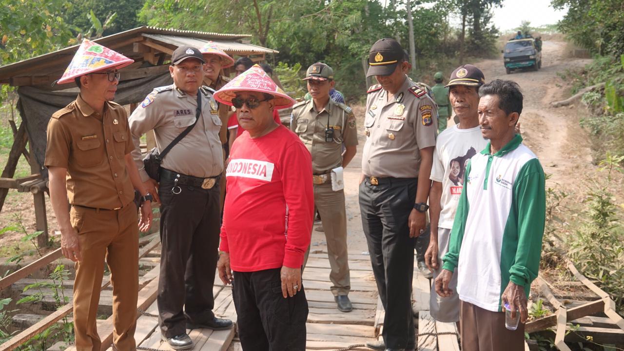 Bersama Warga, Bupati Loekman Gotongroyong Perbaiki Jalan di Candirejo