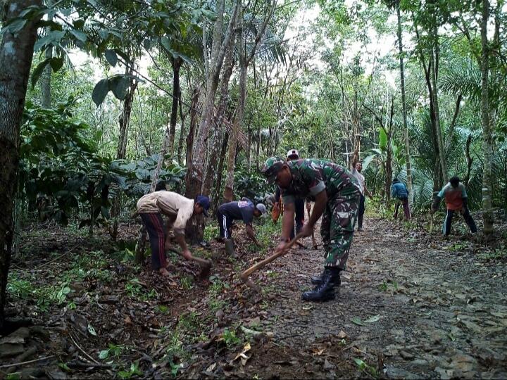 Dengan Peralatan Sederhana Babinsa Koramil 427-02/Kasui Bersama Warga Binaan Gotong Royong