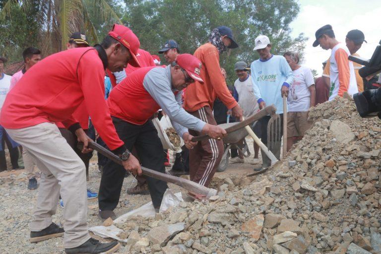 Loekman Terjun Langsung Perbaiki Jalan Rusak di Kampung Rukti Harjo