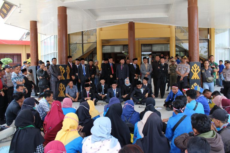 Kapolres Pimpin Pengamanan Aksi Damai di Kantor DPRD Way Kanan