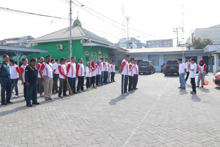Aksi Bersih Lingkungan Laut dan Pantai Rutin di Syahbandar Makassar