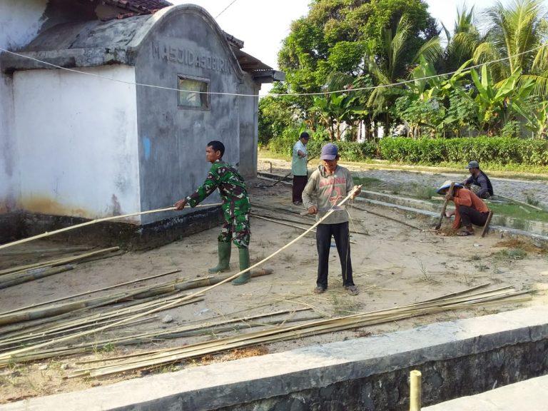 Babinsa Serka Tri Wilopo Bergotong Royong Bantu Warga Membuat Pagar