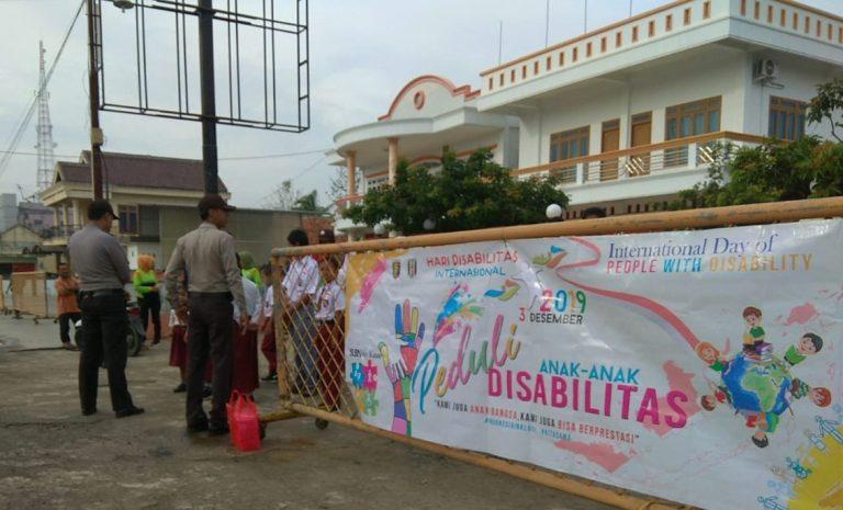 Peringati Hari Disabilitas Internasional, SLB Baradatu Bagikan Bunga di Jalinsum Mendapat Pengamanan Polisi