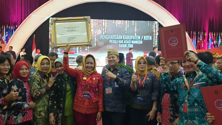 Di Pimpin Bupati Hj.Winarti.SE.MH Kabupaten Tulang Bawang Menerima Penghargaan Yang KE-2 Yang Memenuhi Kriteria Peduli Hak Azasi Manusia di Bandung
