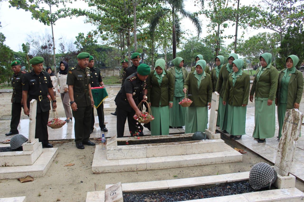 Dandim 0426 Tulang Bawang Pimpin Ziarah Rombongan ke TMP Tiuh Tohou